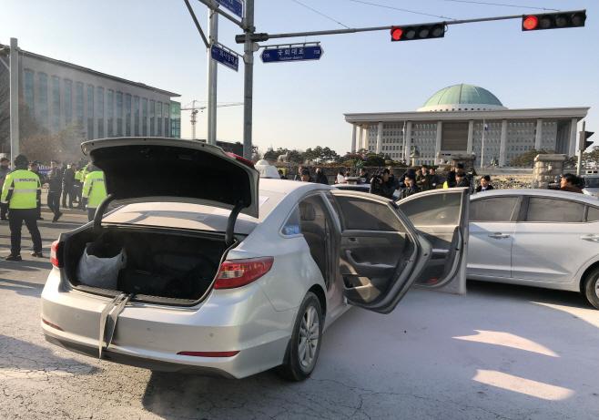 국회 앞 택시기사 분신 시도<YONHAP NO-5141>
