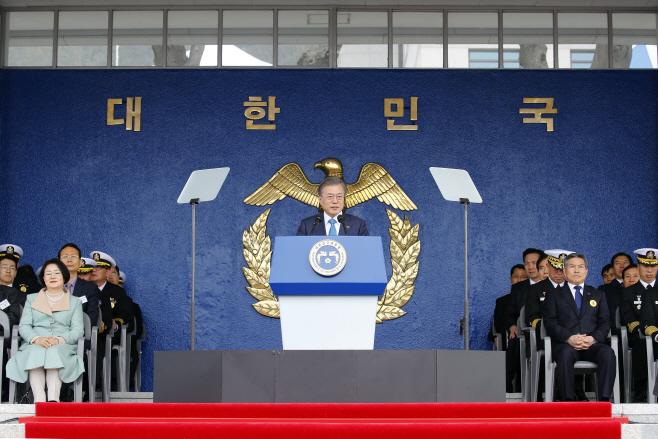 문 대통령, '해군사관학교 졸업