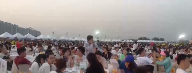 태국 쁘라윗 부총리 주관 중국유커를 위한 파티에 모인 인파들