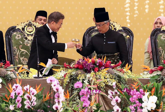 문 대통령과 압둘라 말레이시아 국왕과 건배<YONHAP NO-7095>