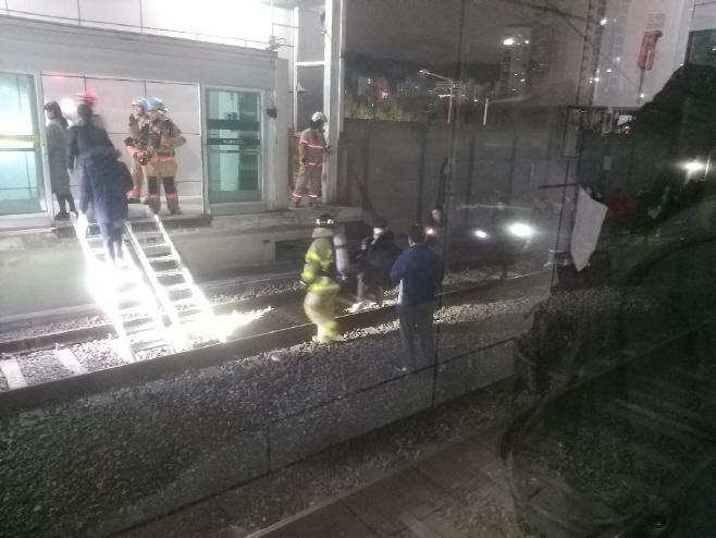 지하철 7호선 도봉산역 터널서 탈선…승객 대피중