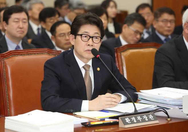 환노위 전체회의에서 발언하는 조명래 장관