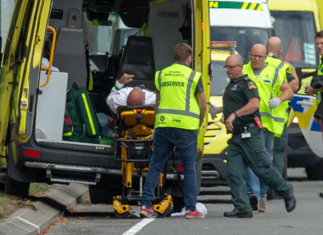 구급차로 옮겨지는 뉴질랜드 모스크 총격사건 부상자