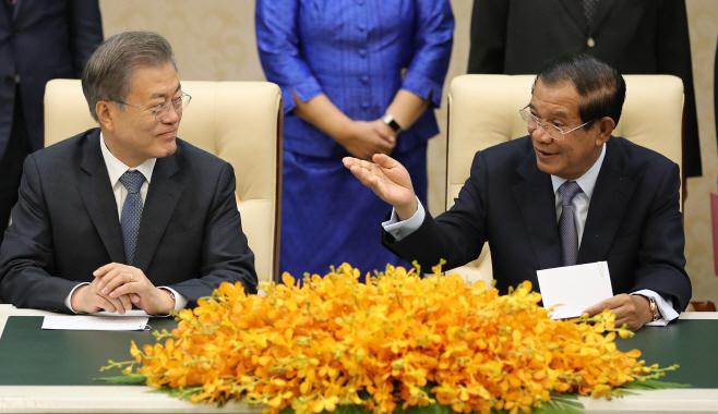 한·캄보디아 서명식에서 대화하는 양국 정상