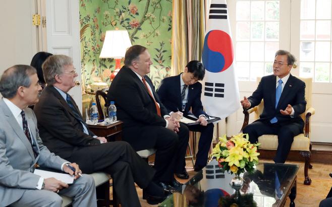 문 대통령, 트럼프 대통령 만나기 전 주요인사 접견