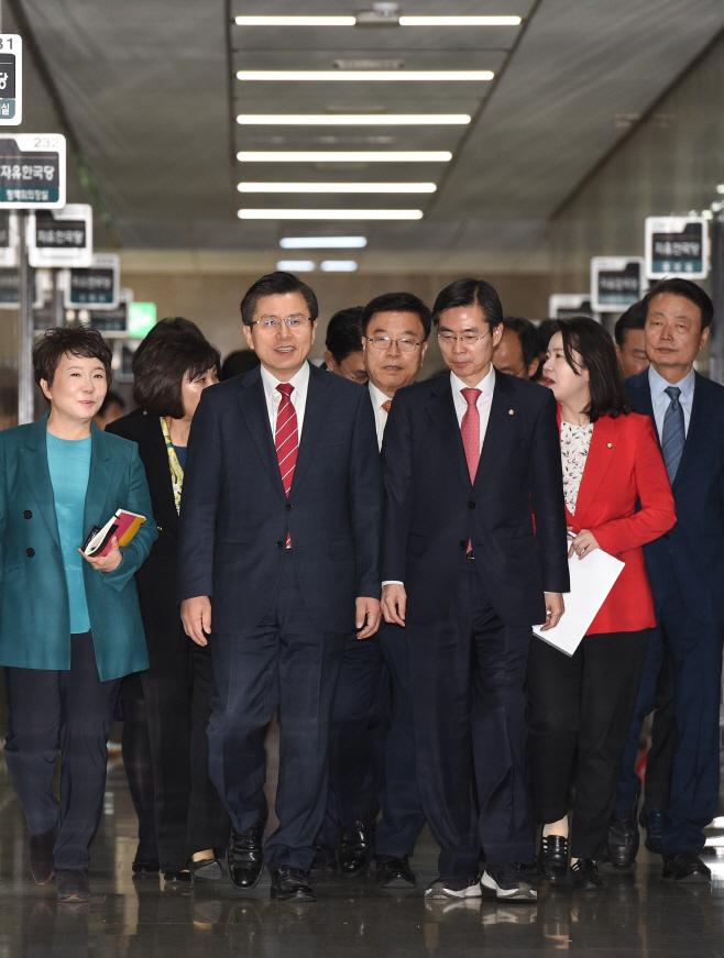[포토]최고위원회의 참석하는 황교안 대표