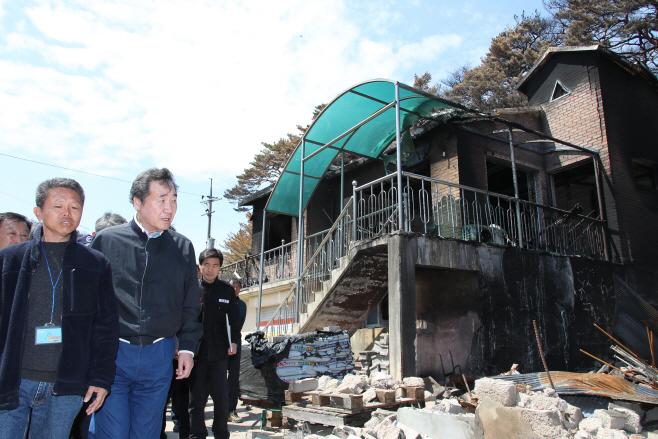 산불 피해 현장 살피며 침통한 표정의 이낙연 총리