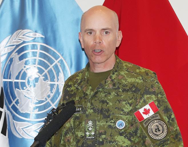 유엔사 소개하는 웨인 에어 부사령관