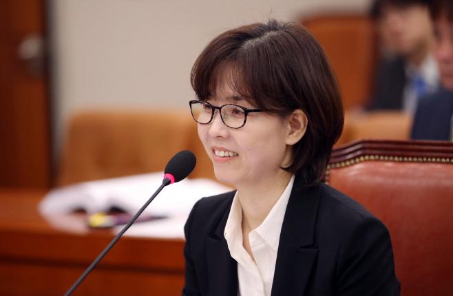 인사청문회 질문 답하는 이미선 헌법재판관