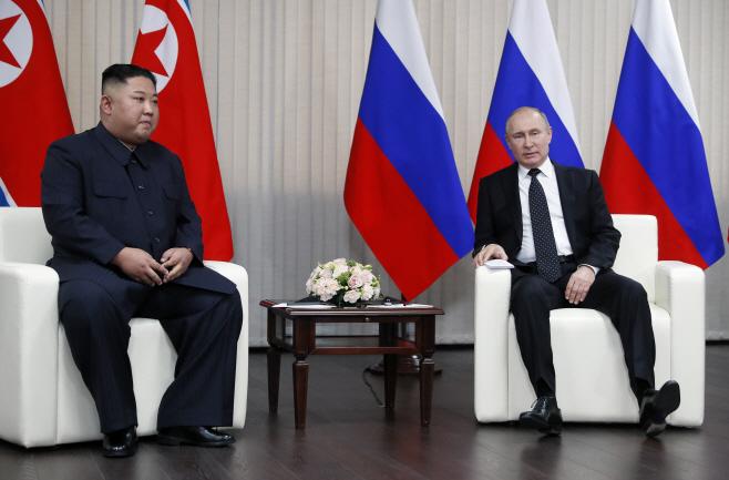 이야기 나누는 김정은과 푸틴