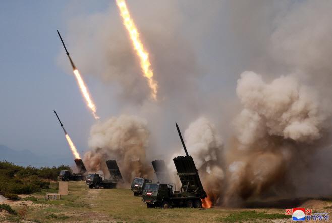 북한 동해상 화력타격훈련.. 장거리 방사포 등 동원
