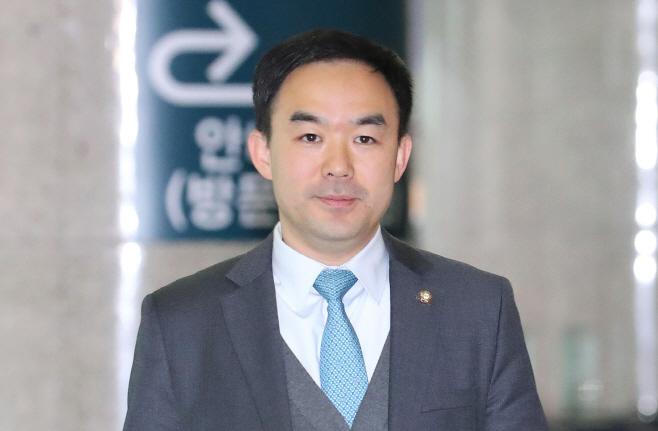 토론회 참석위해 이동하는 채이배 의원<YONHAP NO-4196>