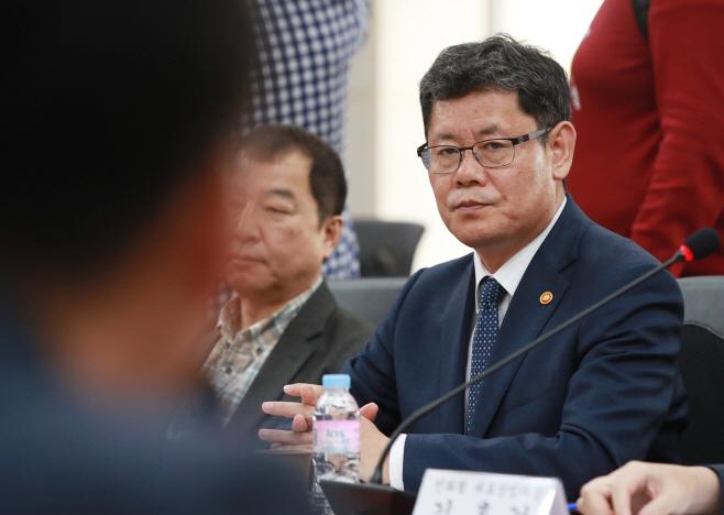 경청하는 김연철 장관