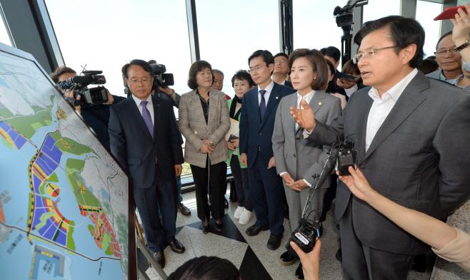새만금사업 질문 하는 자유한국당 황교안 대표