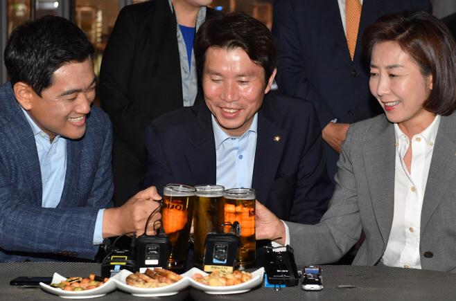 [포토] 맥주잔 맞댄 여야 3당 원내대표