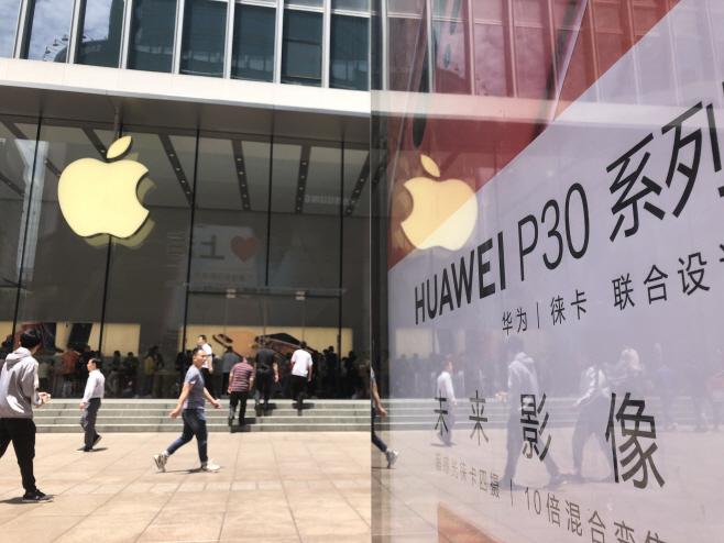 애플 VS 화웨이<YONHAP NO-3230>