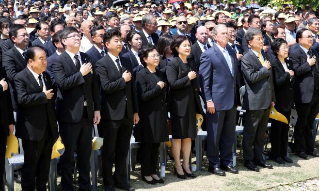 국민의례 하는 노무현 전 대통령 10주기 추도식 참석자들