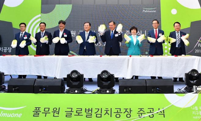 [사진1] 풀무원 글로벌김공장 준공식_배추커팅식(후)