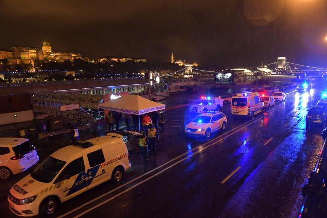 헝가리 다뉴브강에서 유람선 침몰…구급차량 출동