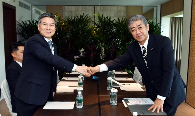 일본 방위상과 회담하는 정경두 장관
