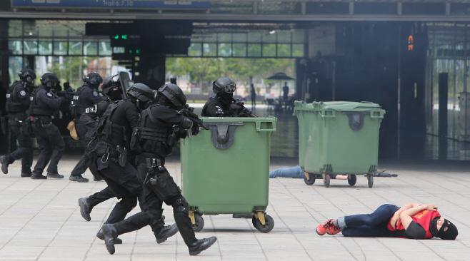 킨텍스 침투 테러범 진압 훈련<YONHAP NO-3631>