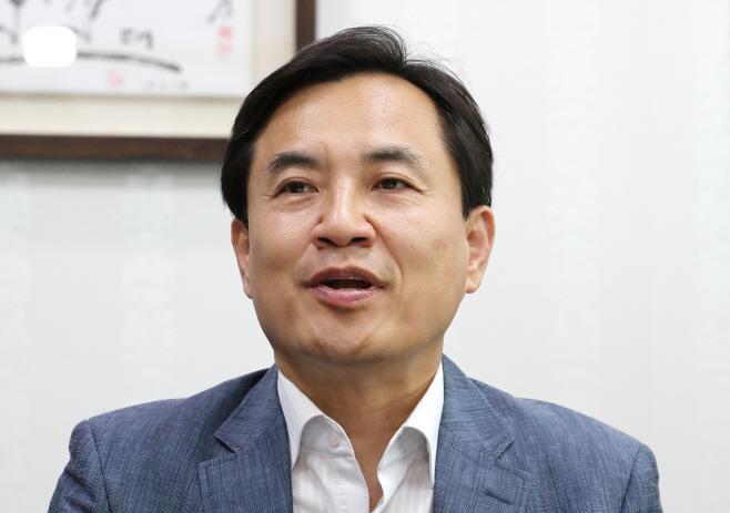 기자회견하는 김진태<YONHAP NO-2076>