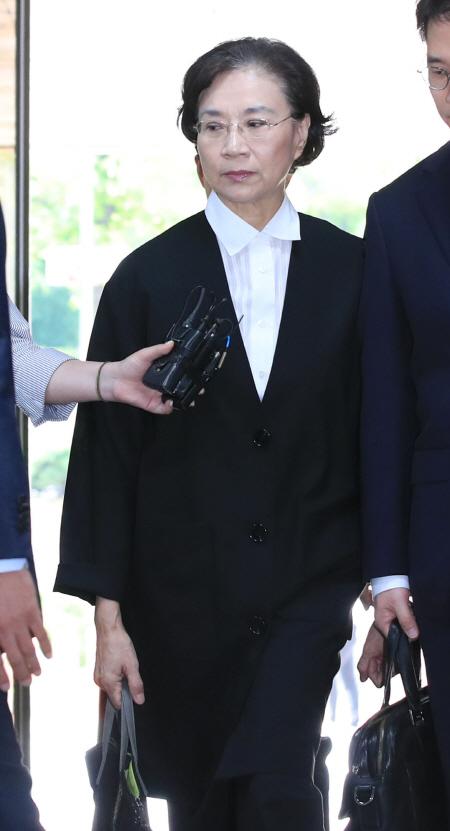 '가사도우미 불법고용' 이명희 씨 법원 출석