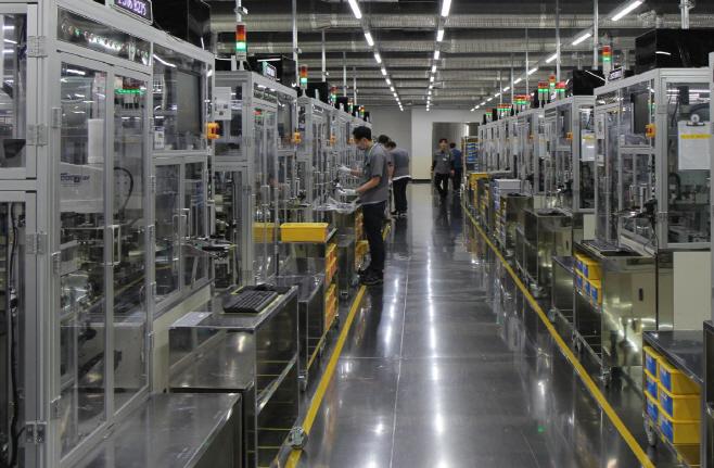 삼성전기_MLCC 생산설비에서 작업자가 일하고 있다2