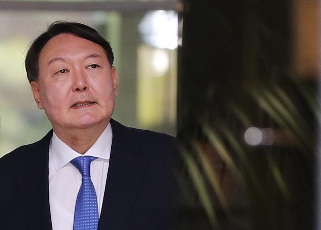 점심 식사 나선 윤석열 신임 검찰총장 후보자