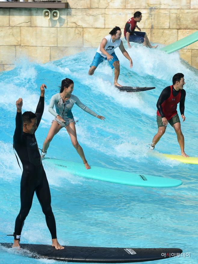 [포토]캐리비안 베이 '진짜같은 인공 파도 서핑'