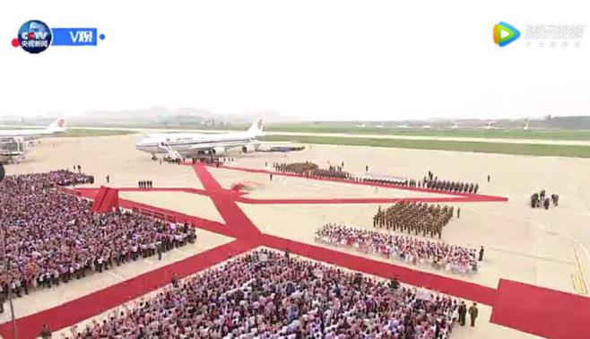 평양 공항에 모인 시진핑 중국 국가주석 환영 인파