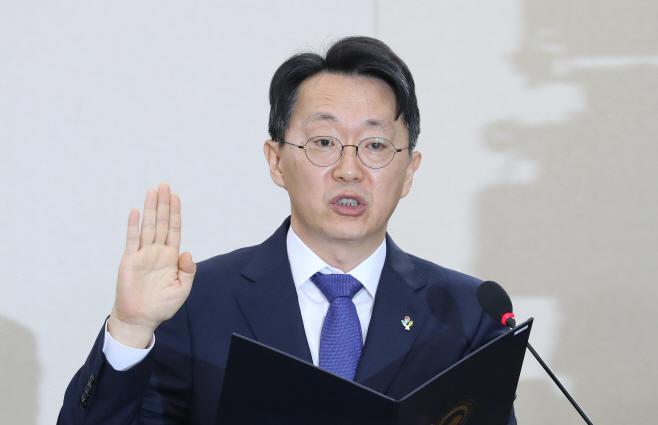 선서하는 김현준 국세청장 후보자