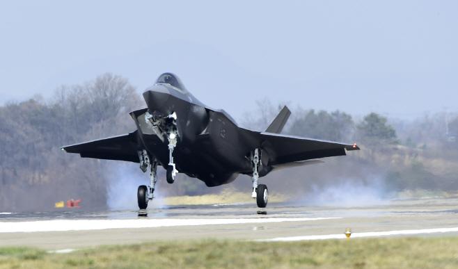 공군 첫 스텔스기 F-35A, 청주기지 도착
