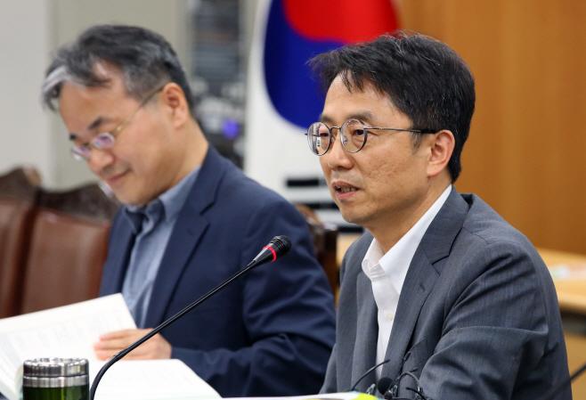 2020년 최저임금 결정 설명하는 박준식 위원장<YONHAP NO-1583>