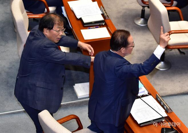 [포토] 이종배 한국당 간사 팔 잡은 윤후덕 민주당 간사