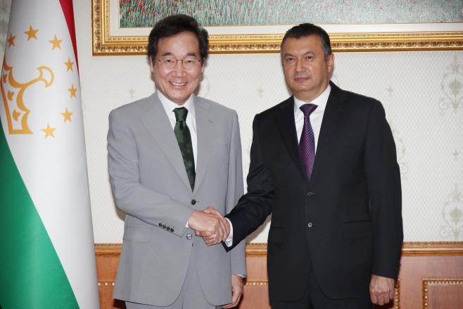 이낙연 총리, 라술조다 타지키스탄 총리와 악수