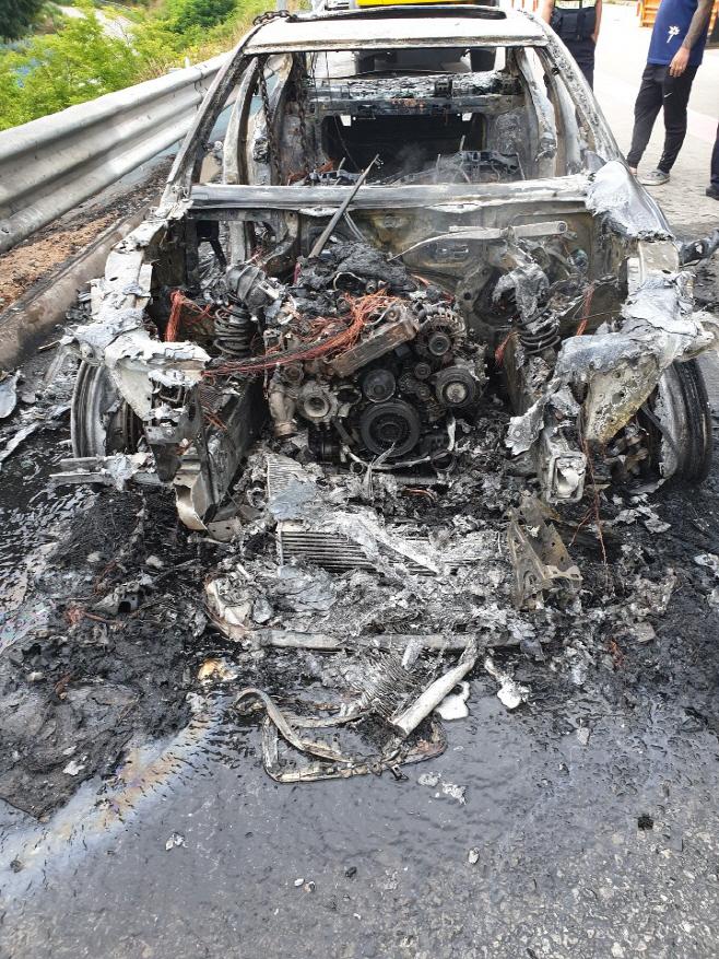 당진고속도로서 달리던 BMW 승용차에 불<YONHAP NO-3503>