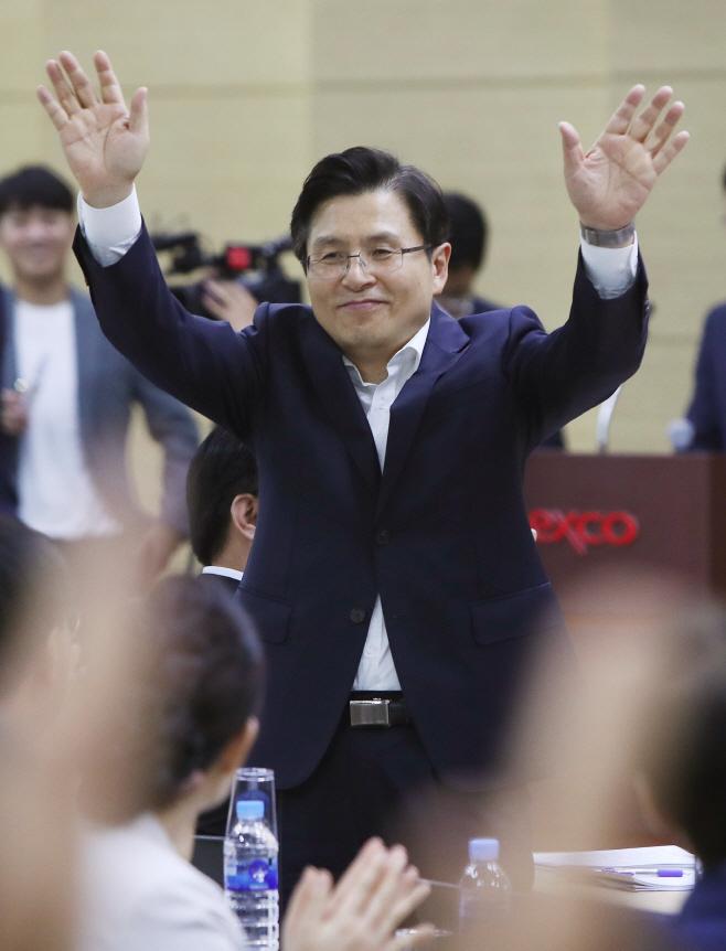 지지자들에게 인사하는 황교안 대표