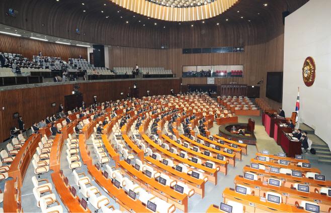 본회의장, 텅빈 야당 의원석<YONHAP NO-4203>