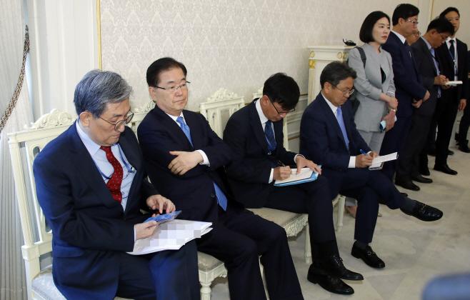 5당대표 만남 참석한 대통령 비서실<YONHAP NO-3872>