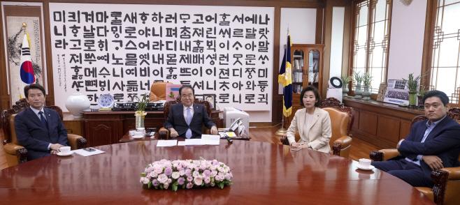 문 의장과 교섭단체 원내대표들 '어색한 회동'