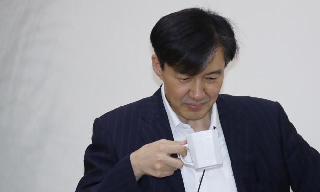수보회의 준비하는 조국 민정수석
