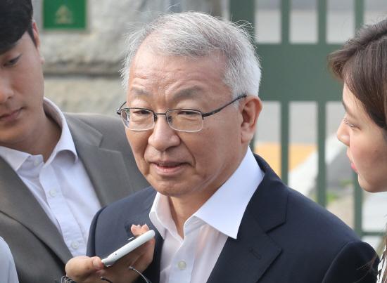 취재진 질문받는 양승태 전 대법원장