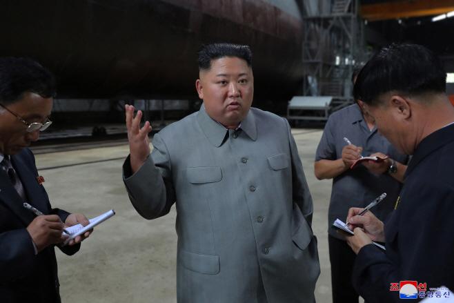 북한 김정은, 새로 건조된 잠수함 시찰