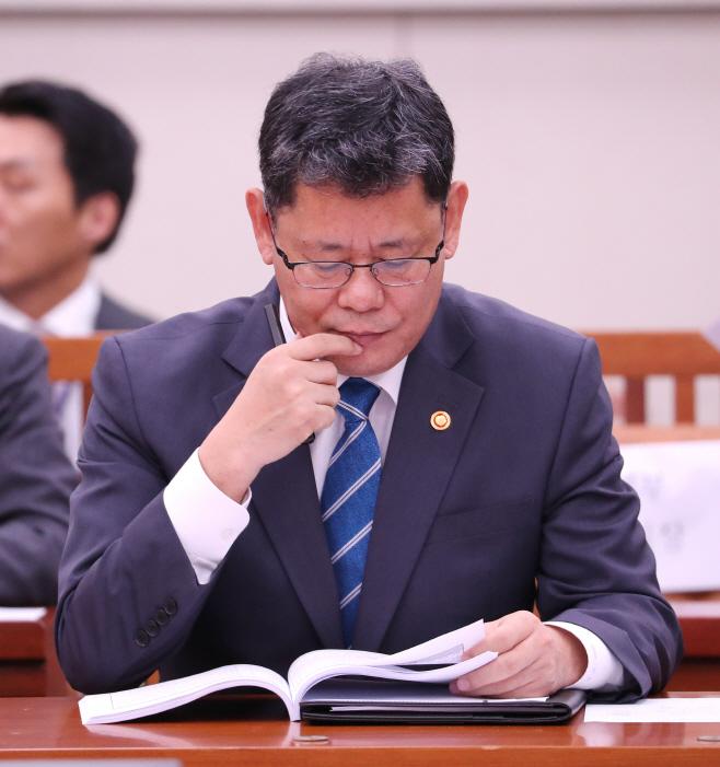 자료살피는 김연철 장관
