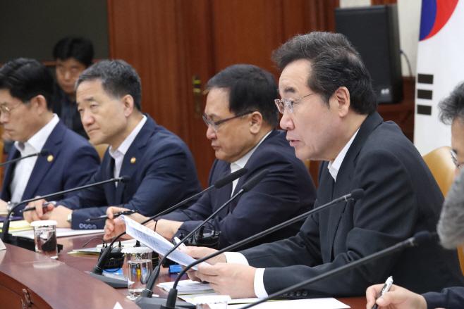 국정현안점검조정회의서 발언하는 이낙연 총리<YONHAP NO-1110>