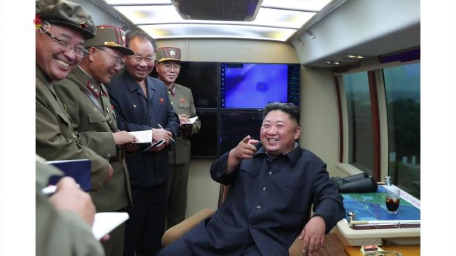 간부들과 환하게 웃는 북한 김정은