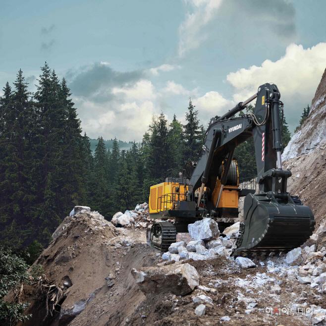 현대건설기계가 생산, 판매하는 120톤 굴삭기의 작업 장면 (1)