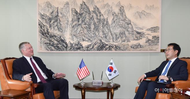 [포토]이도훈-스티븐 비건 '한미 북핵 수석대표 협의'
