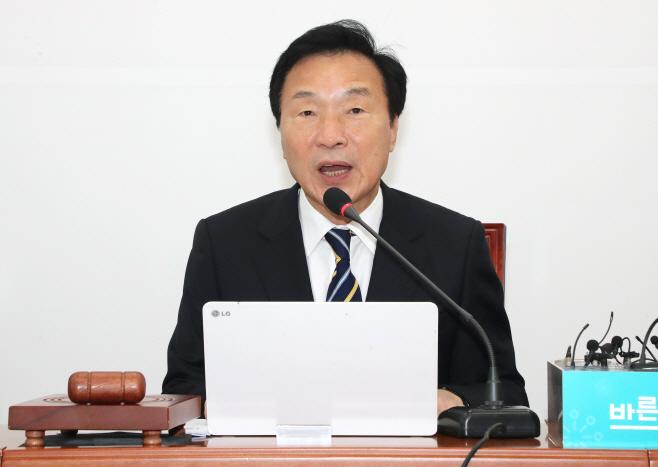 최고위원회의에서 발언하는 손학규